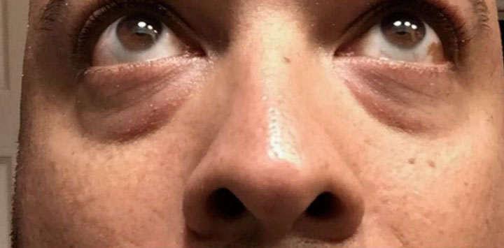 De barro la máscara para la persona con el aceite de oliva